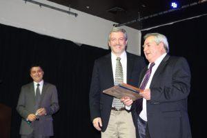 Dr. Aguero recibiento el premio RELIM a la trayectoria y contribución a la calidad de Leche en Chile